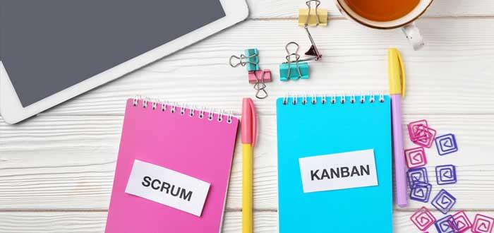 Tableta con cuadernos y palabras Scrum y Kanban con taza de té sobre fondo de madera