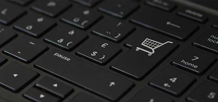 Teclado de computadora con icono de carro de compras