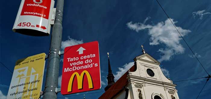Aviso de McDonald's en avenida de una ciudad