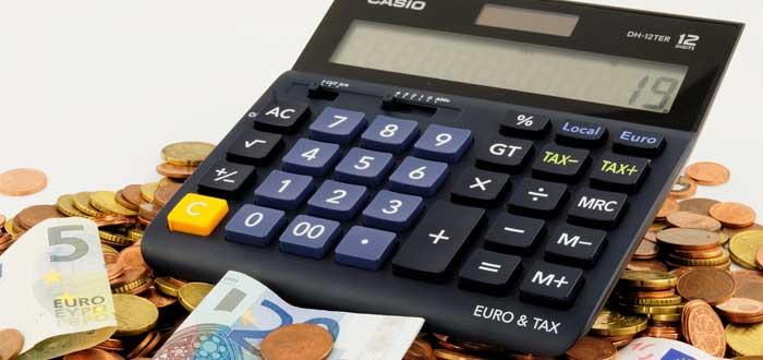Una calculadora con monedas y billetes