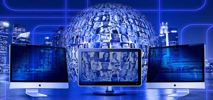 Computadoras y globo con imágenes de emprendedores