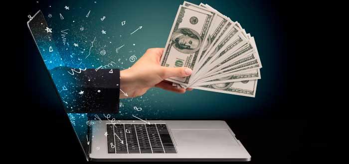 mano que sobresa y sostiene dinero