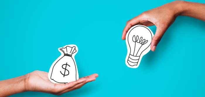 una mano sostiniendo la bolsa del dinero y otra un bombillo