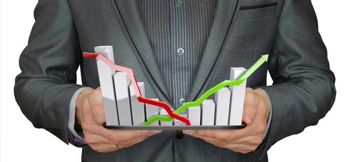 Un ejecutivo sostiene una maqueta de viabilidad financiera