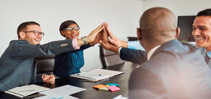 Grupo de empleados comprometidos y motivados trabajando en equipo