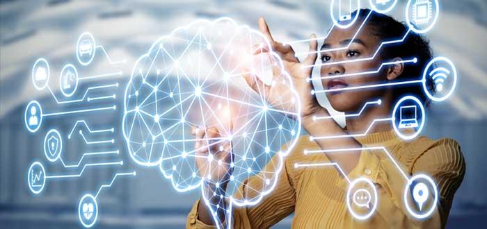 Empresaria dibuja íconos de cerebro y red de negocios