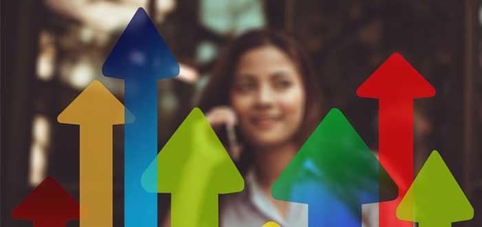 Empresaria y flechas de colores que apuntan hacia arriba