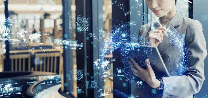 Empresaria con laptop pensando en conceptos de innovación empresarial