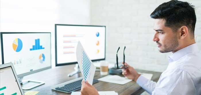 Empresario analiza datos en computadoras
