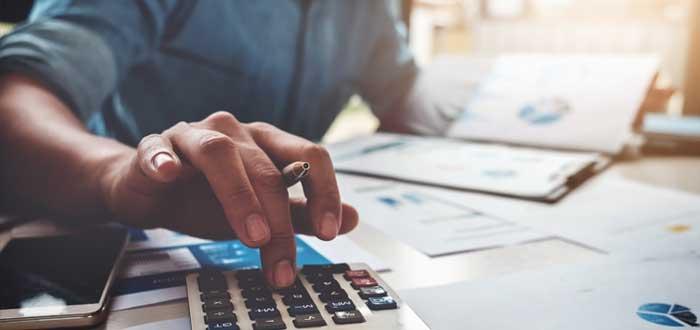 Empresario calcula la rentabilidad de una empresa