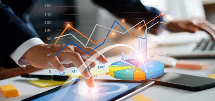 Empresario elabora gráficos de rentabilidad financiera en una tablet