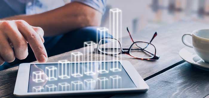 Empresario toca una tablet con representación gráfica de rentabilidad