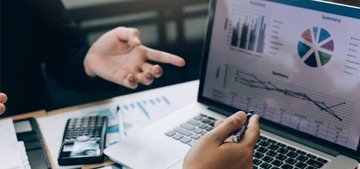 Empresarios hacen análisis de rentabilidad de una empresa