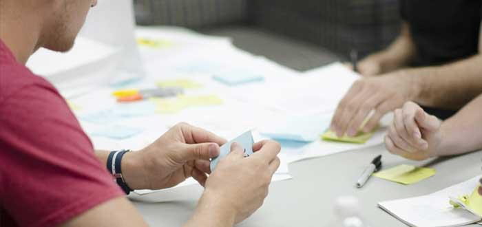 Equipo trabaja en una mesa sobre el plan estratégico