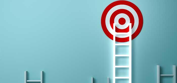 Una escalera llega a la meta al lado de otras escaleras que no lo logran