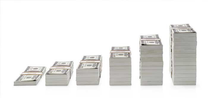 Grupos de billetes de dólares en aumento