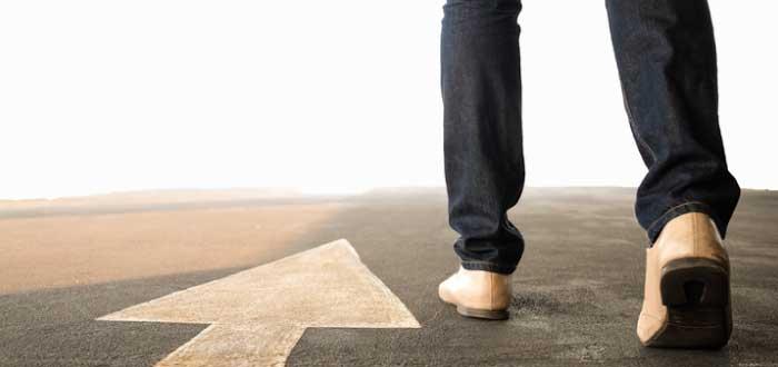 hombre caminando hacia delante