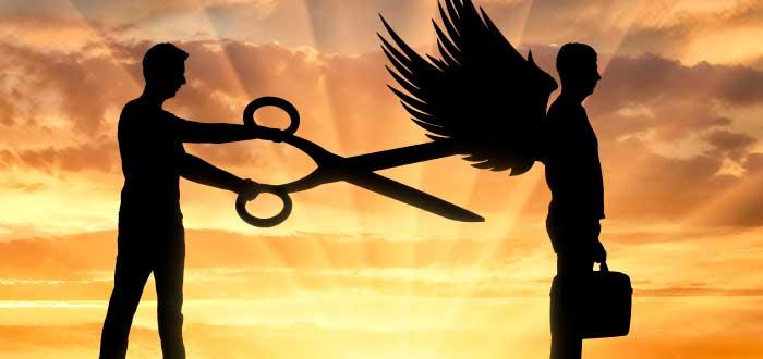 hombre cortando con unas tijeras las alas a otro