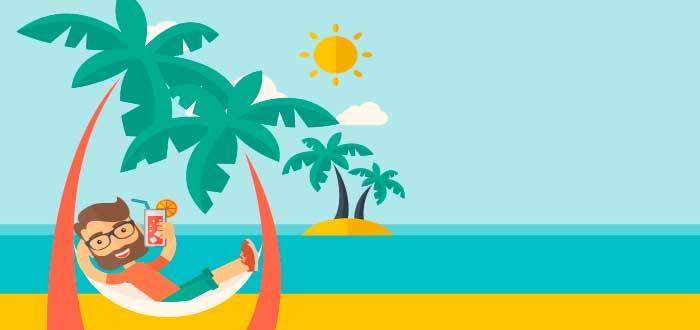 hombre relajado en la playa bebiendo un coctel cometiendo uno de los errores de los emprendedores con su dinero