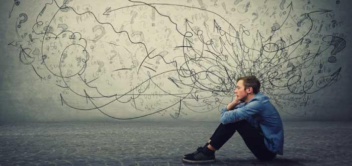 hombre sentado en el suelo pensando