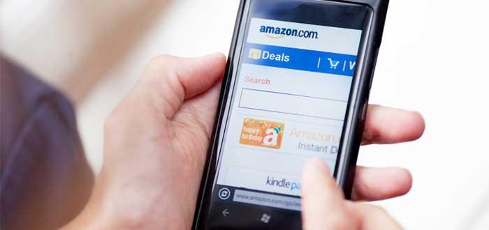 Manos en celular con logotipo de Amazon