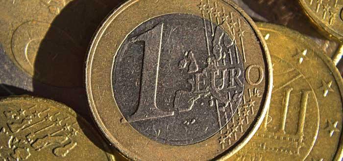 Moneda de un euro con otras monedas alrededor