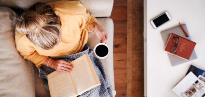 mujer leyendo porque este es uno de los hábitos de las personas exitosas