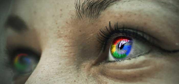 Un ojo de mujer refleja el logotipo de Google