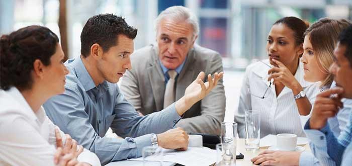Reunión de negocios para discutir la viabilidad financiera