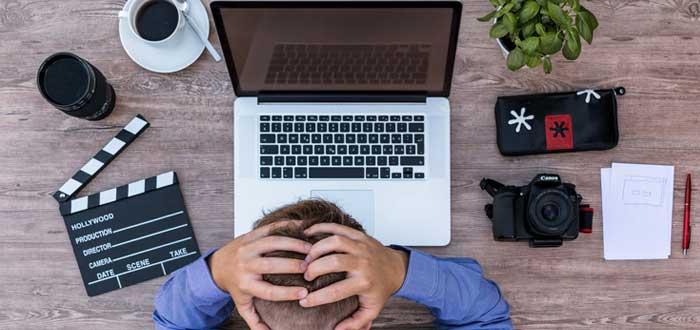Trabajador agotado una de las formas de perder el tiempo de un emprendedor