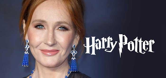 J.K.. Rowling usando unos aretes azules grandes, sobre un fondo oscuro y con las letras Harry Potter a un costado