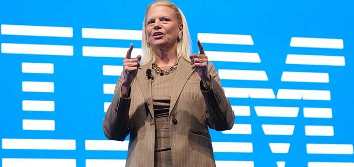 Virginia Rommety, que hace parte de la lista de frases de mujeres exitosas, levantando los dos dedos índices y con el logo de IBM en el fondo