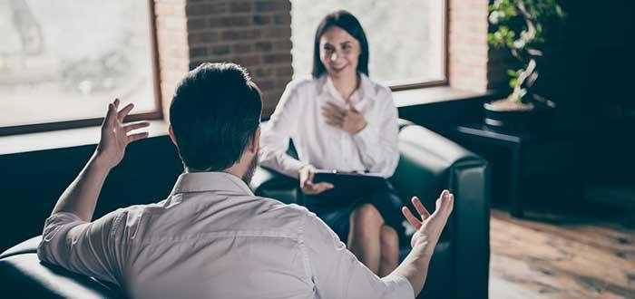 Un hombre y una mujer sentados en una sesión de coaching