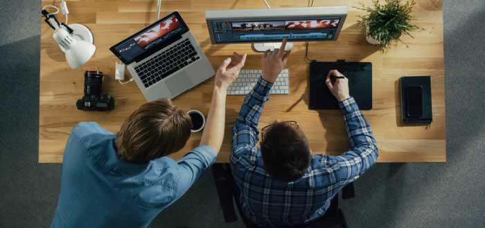 personas trabajando para crear estrategias de digitalización