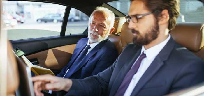 dos hombres mirando una laptop y conversando sobre la internacionalización de una empresa