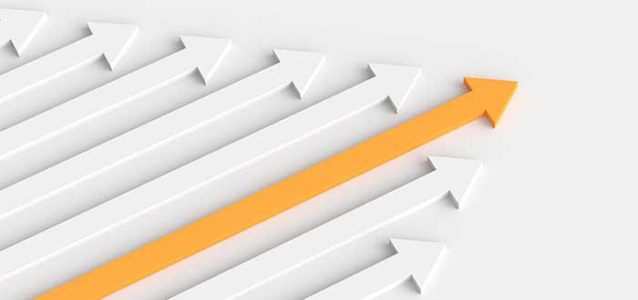 flecha amarilla rodeada de flechas blancas sobre un fondo blanco