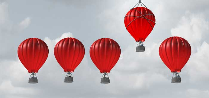 globos rojos en el cielo y uno de ellos más alto que el resto
