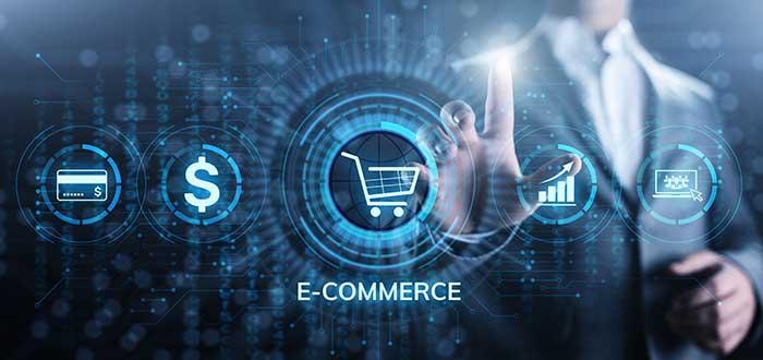 hombre de traje hace contacto con una pantalla en la que se encuentran los iconos que muestran las ventajas del comercio electrónico