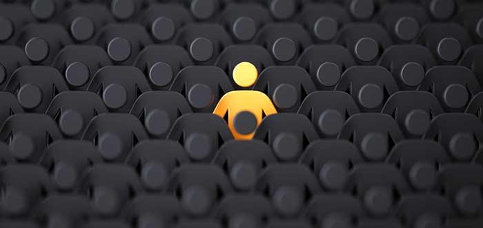 Un icono de persona naranja rodeado de muchos iconos de persona negros