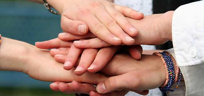 Varias manos, unas encimas de otras