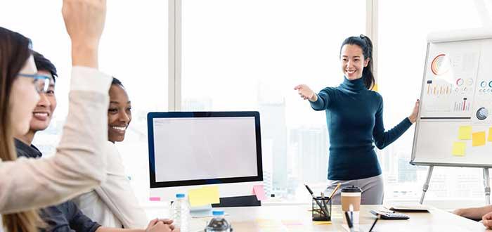 en una reunión de quipo, la líder da la palabra a una de sus subordinadas, un ejemplo de uno de los tipos de liderazgo: el participativo