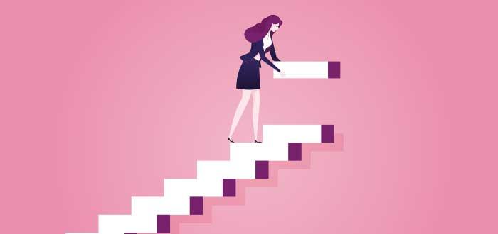 dibujo de mujer coloca escalón mientras sube escalera, con un fondo rosado