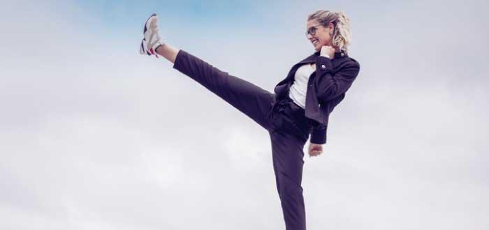 mujer con la pierna elevada
