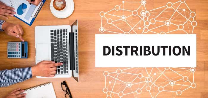 personas trabajando para seleccionas canales de distribución