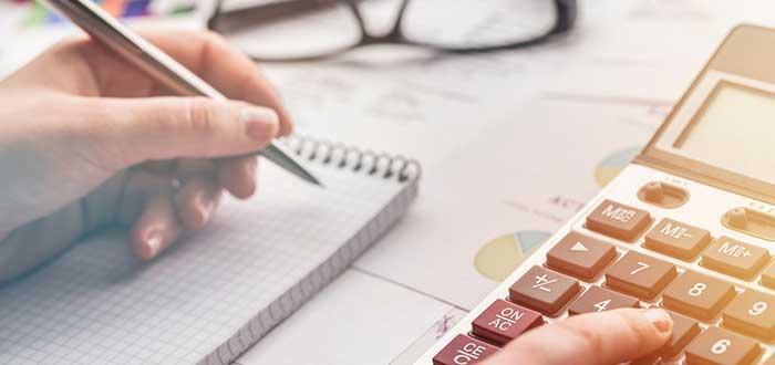 mano escribe sobre una libreta para elaborar un plan de ventas