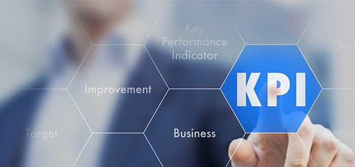 Ejecutivo pulsa botón de KPI en una pantalla