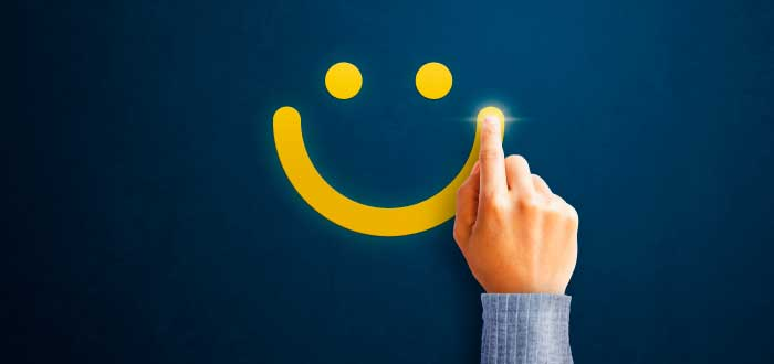 rostro sonriente en fondo azul