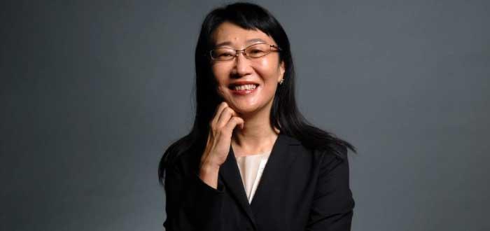 foto de Cher Wang con la mano en el rostro