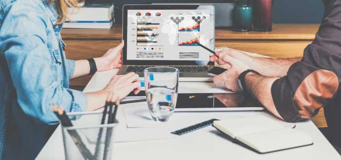 dos personas trabajando en nuevas estrategias de ventas