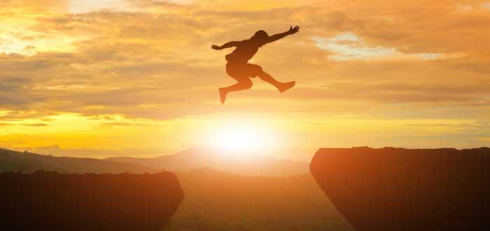 hombre saltando entre dos piedras